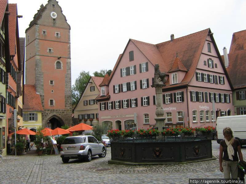Фонтан с баварским львом и крепостная башня