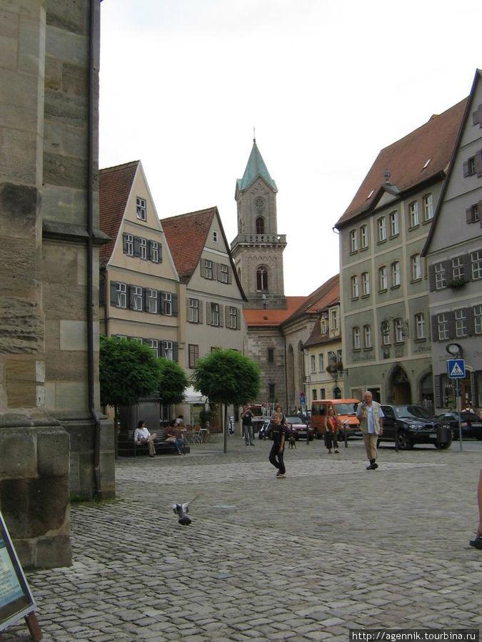 Площадь у собора.Слева видна его часть