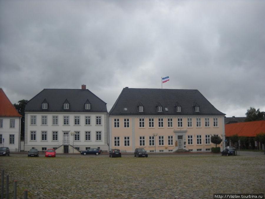 Несколько домов, окружающих площадь