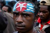 Это флаг независимого Папуа, символ сопротивления. Когда-то давно солдаты стреляли на поражения в тех, кто подымал этот флаг на территории Папуа. Сегодня за флаг сажают в тюрьму. Например, одному из руководителей KNPB дали 15 лет тюрьмы за Утреннюю Звезду.