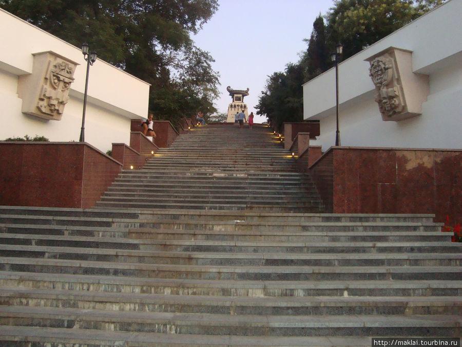 Лестница к памятнику Казарскому.