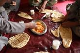 Незамысловатая, но очень вкусная трапеза в гостях у простых афганцев.