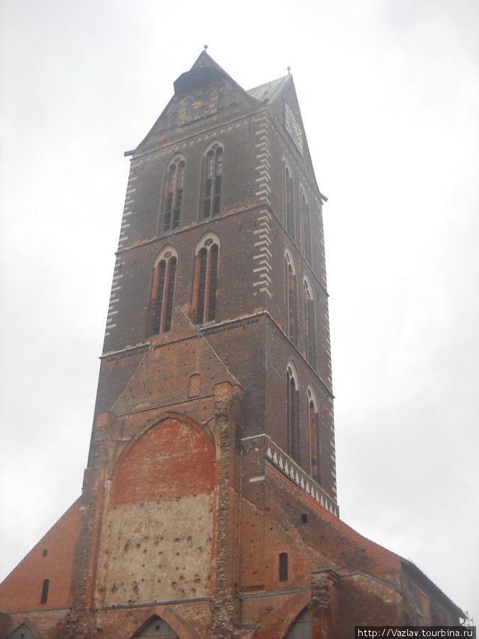 Колокольня; силуэт церкви всё ещё виден на её теле