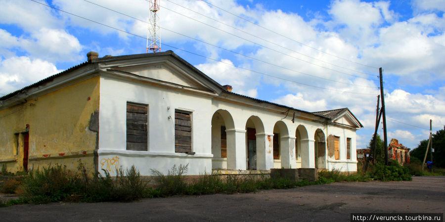 Почтовая станция в Каськово (1806-1807гг.), построенная по проекту архитектора Л.И.Руска. Перед каменным оштукатуренным зданием проходит отрезок старого Нарвского тракта.