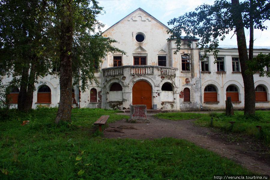 Дом бывшей сельскохозяйственной школы.