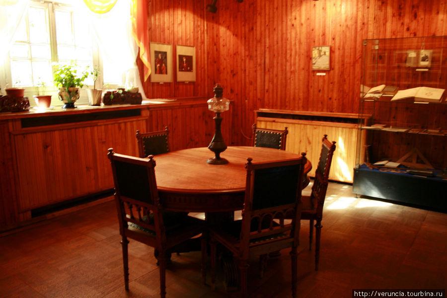 Стол и стулья из квартиры Рериха в мезонине.