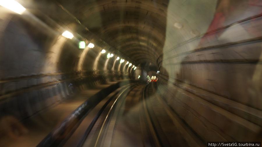 Здесь видны огни поезда, идущего впереди.
