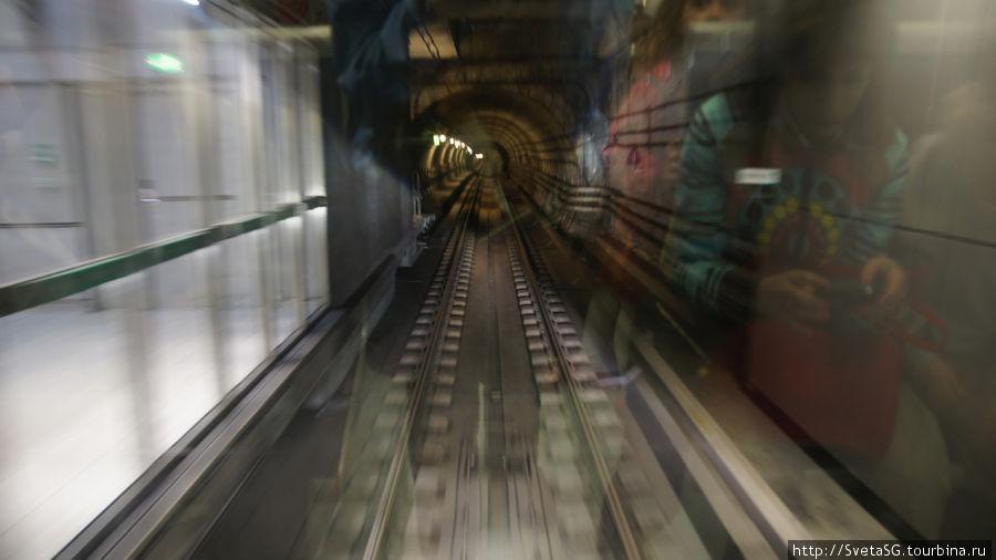 Слева стеклянные двери — это станция.