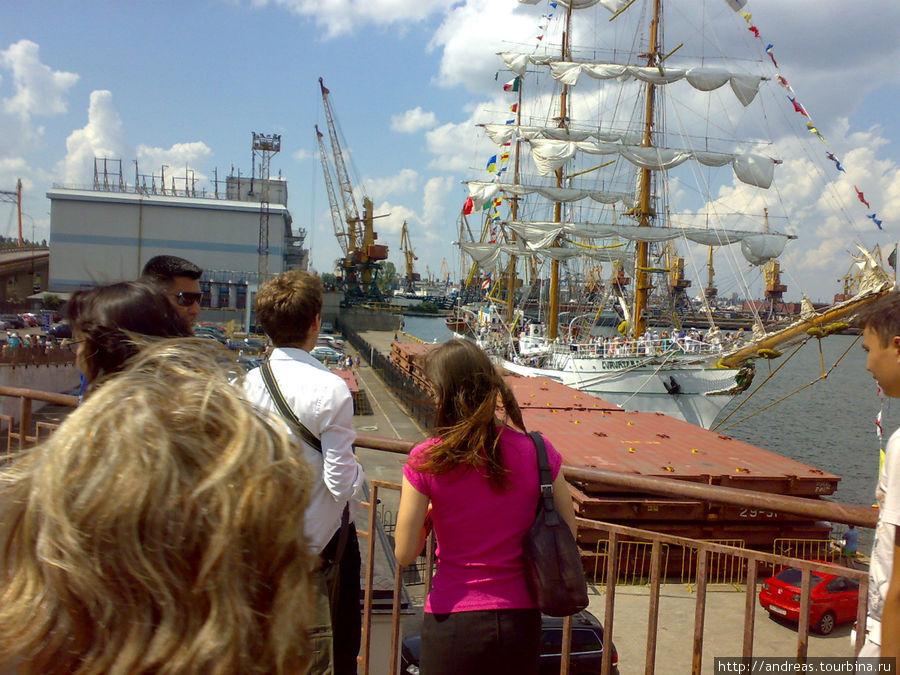 Сотни людей пришли посмотреть на парусник и подняться на его борт