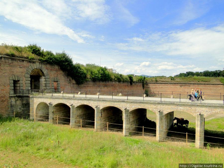 Не случайно эта крепость выбрана для пересылочного лагеря в годы второй мировой войны