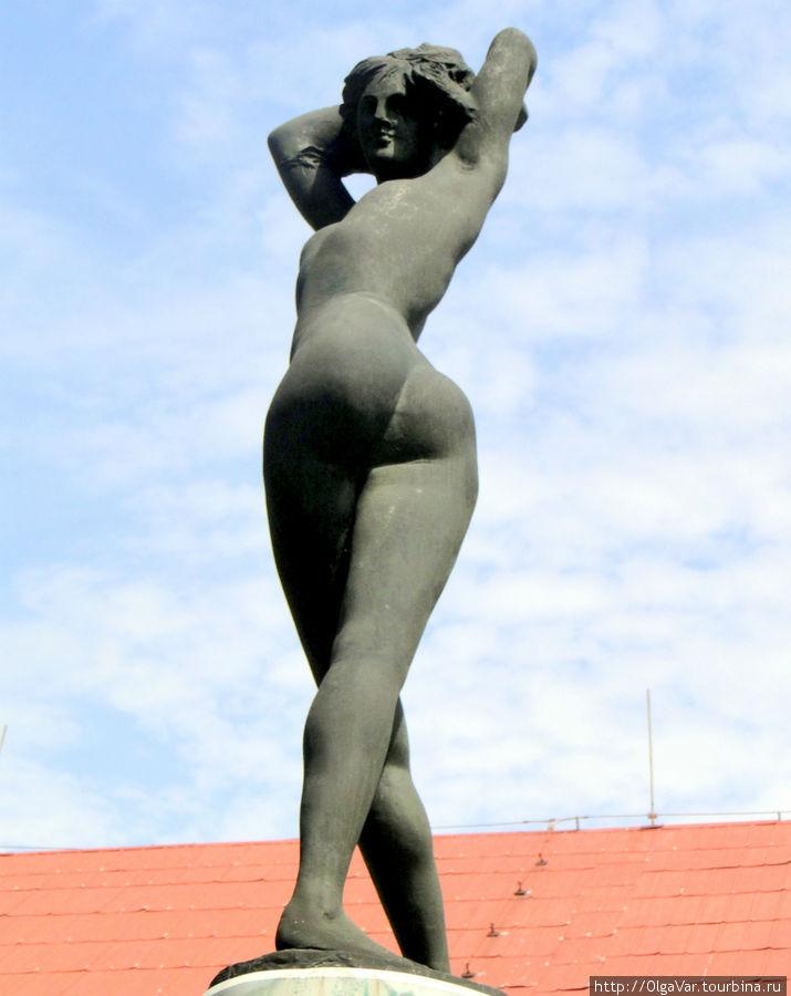 Памятник жертвам холокоста — статуя молодой девушки как символ победы жизни над смертью (атвор Эмилио Греко). Посвящена еврейским заключенным из 96 итальянских городов