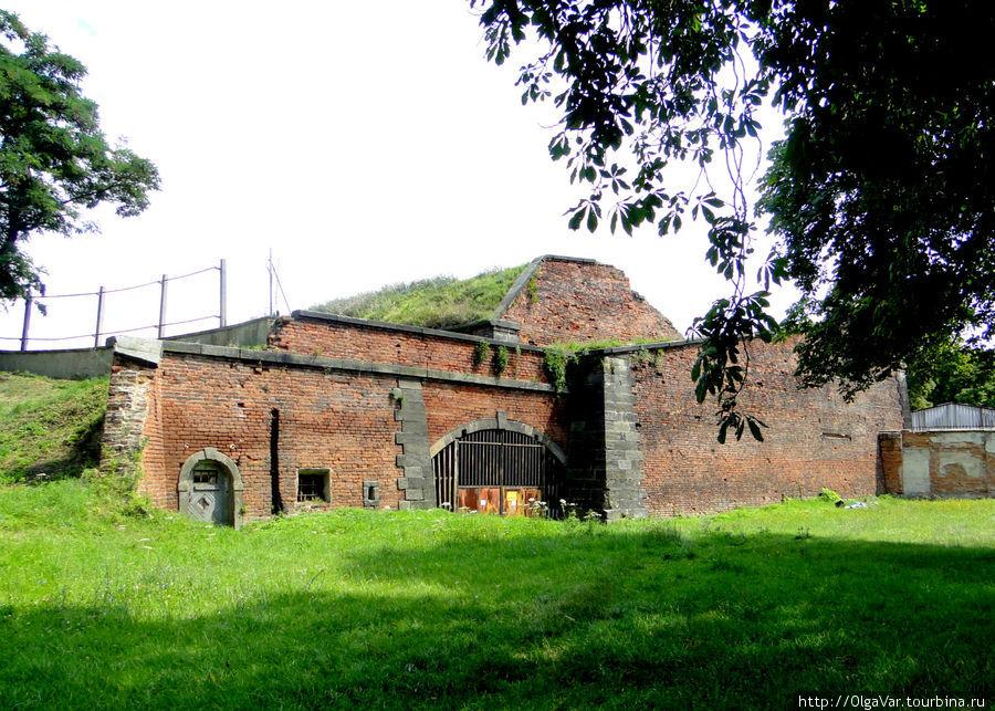 В начале века мощные стены каземата укрывали политических заключенных