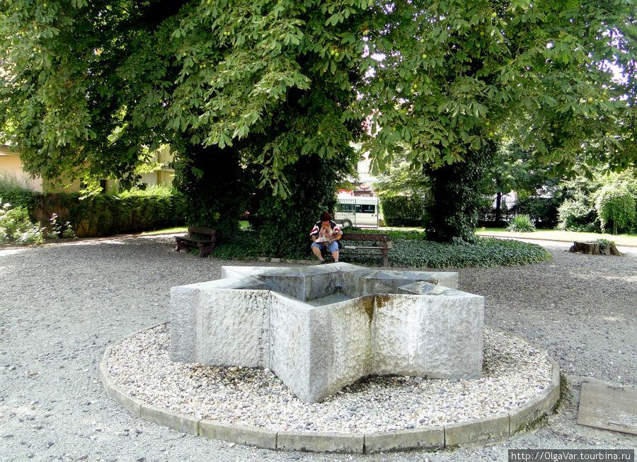 В сквере рядом с памятник