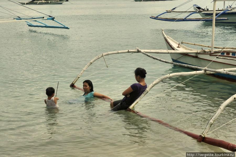 Местные купаются Эль-Нидо, остров Палаван, Филиппины