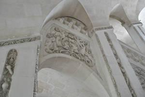 Мотивы и темы, вырезанные в камне, были популярны при Людовике XIII: гирлянды, фрукты, военные атрибуты, символы искусств.