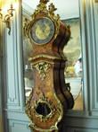 Часы эпохи Людовика XV с бронзовым декором работы Каффиери идут до сих пор. Они показывают часы, минуты, секунды, а также день недели, дату и фазу Луны.