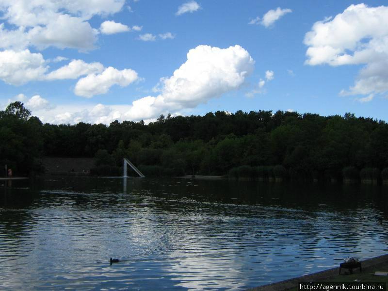 Общий вид на озеро в парке