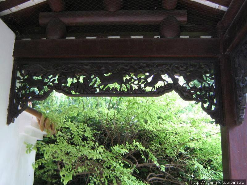 Последняя беседка Китайского сада, дальше — японский сад