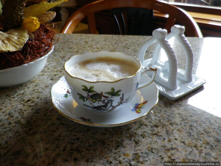 В кафе Apicus Вам подадут пирожные, кофе или чай  в фарфоровой посуде Херенд (Herend) ...