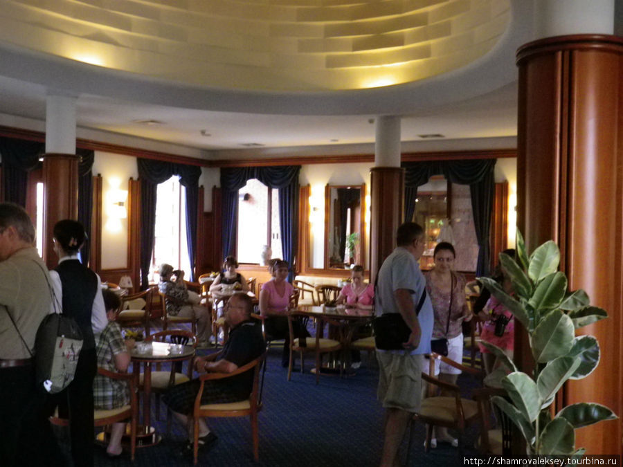 в изысканное кафе, весь интерьер которого наполнен ...