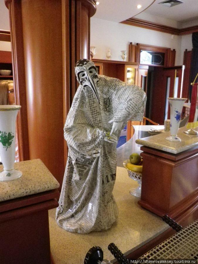 Изысканнейшая фигура грустного Пьеро украшает барную стойку ...