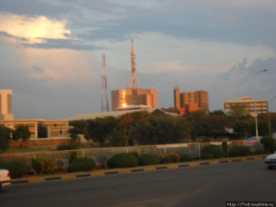 Панорама района. Здание с аналогом ракеты на крыше — министерство телекоммуникаций