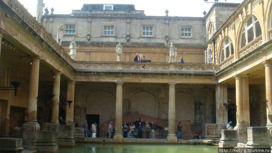 Центральный бассейн римских времен и статуи 19 века