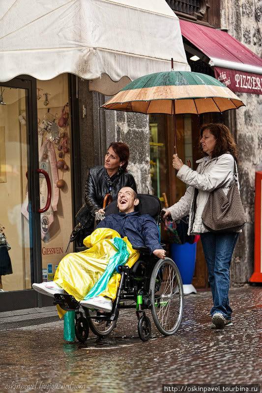 Дождь выстроил стены воды... Он запер двери в домах... Орвието, Италия