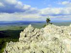 Почему «пёстрый»?  Обычно на Южном Урале пестрыми называют хребты или горы, где снег тает участками, отчего склоны, покрываясь «пятнами», и выглядят пестрыми
