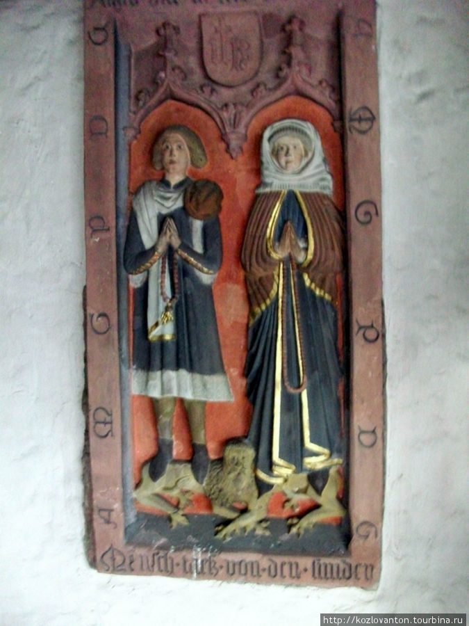 Забавные цветные барельефы в северном крыле церкви (под картиной Яна ван Дейка).