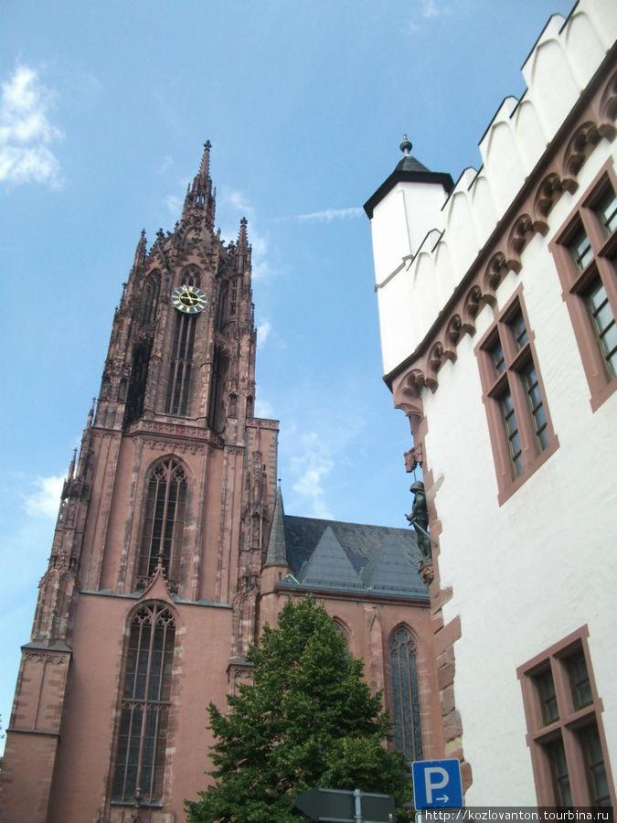 Вид церкви со стороны полотняного дома. Здесь вход на башню.
