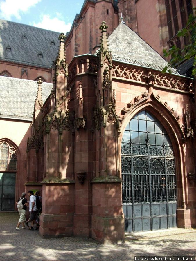Центральный вход-выход в собор.