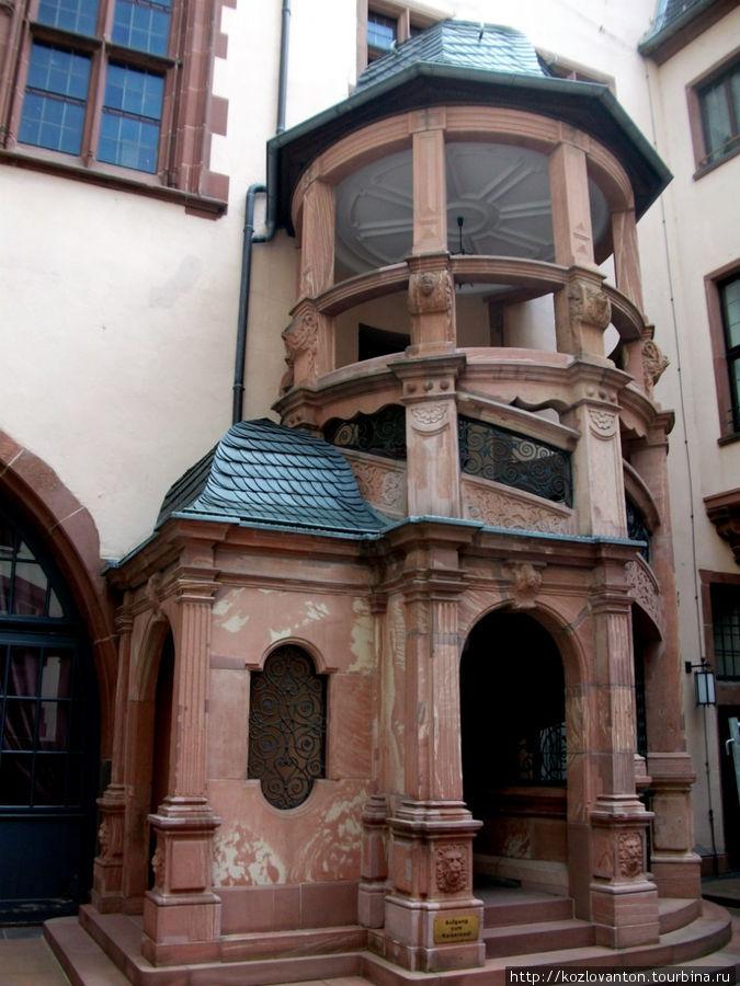 Во внутреннем дворике Рёмера. Лестница в стиле ренессанса , ведущая в Кайзер-зал.