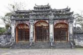 2. Главные ворота на территорию закрылись когда-то за траурной процессией и с тех пор открываются только раз в год, в день когда почитается дух императора.