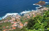 Белые дома с красными черепичными крышами — сейчас типичны для Мадейры. Это Порту-Мониш.