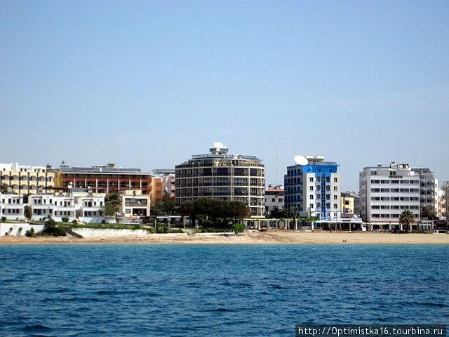 Орион в центре (полукруглый).  Сфотографировали наш отель во время морской прогулки.
