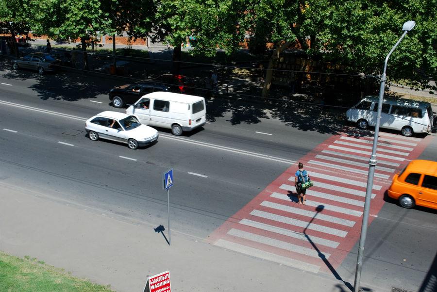 Пешеходов пока не пускают. Бедолага прометался там минуты три, если не больше.