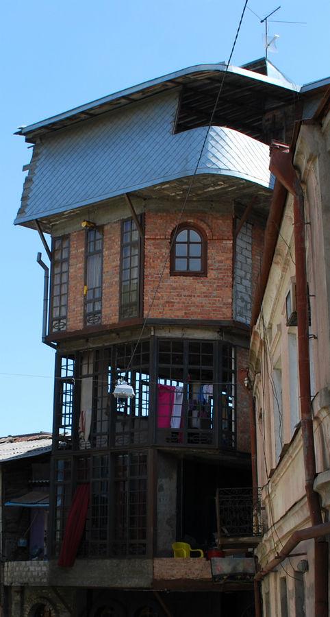 Странное сооружение из кирпича и стали.