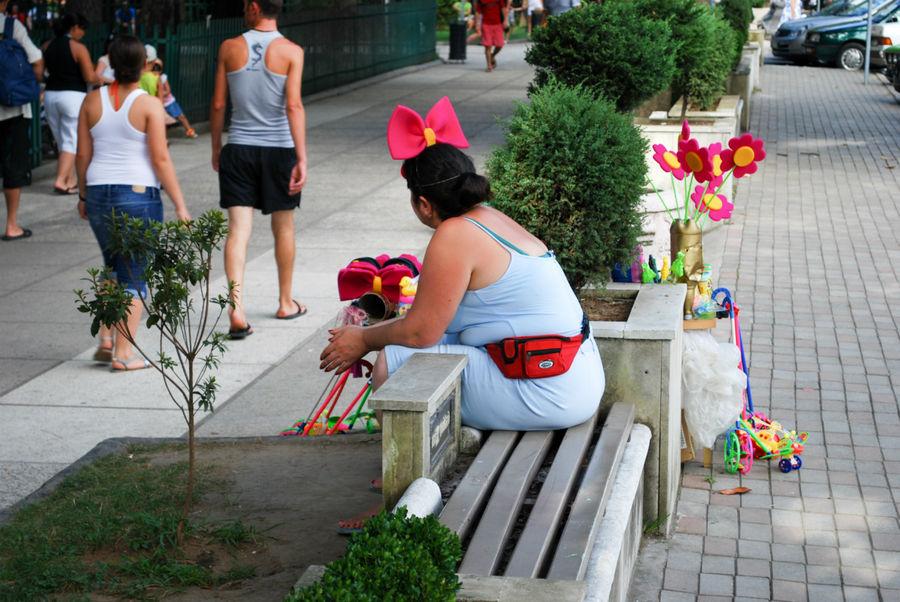 Я продаю китайскую хуету. Никто не покупает, от того я такая грустная.
