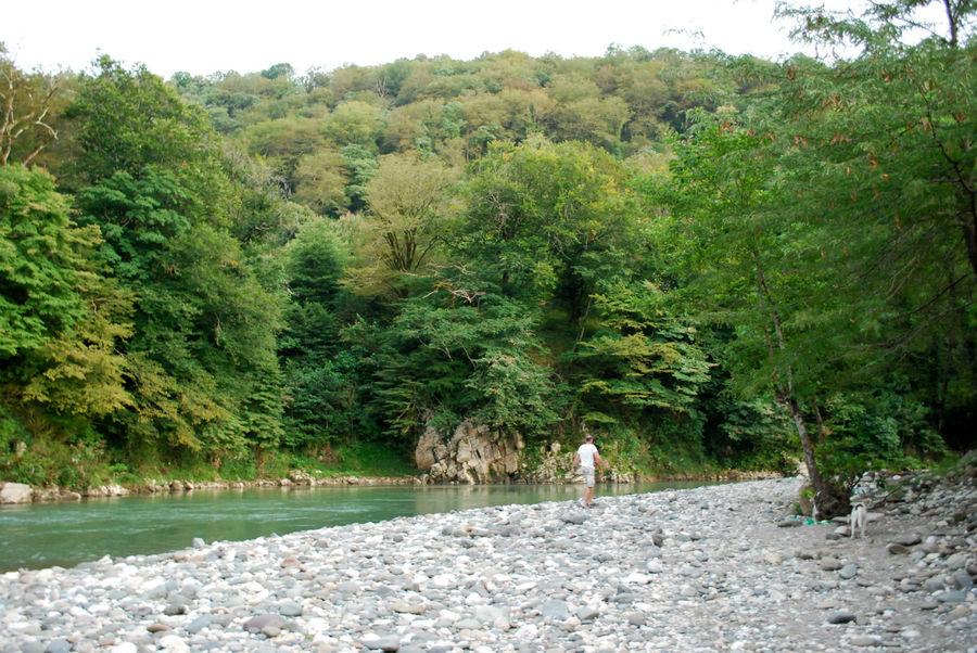 Вода из тёплых источников смешивается с ледяной горной рекой и можно купаться.