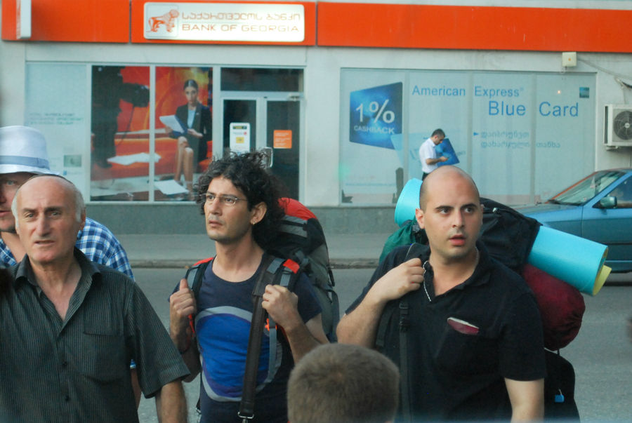 Бельгийские туристы пытаются попасть в маршрутку. Задача не из лёгких. По глазам видно, что подустали, буржуи нежные.