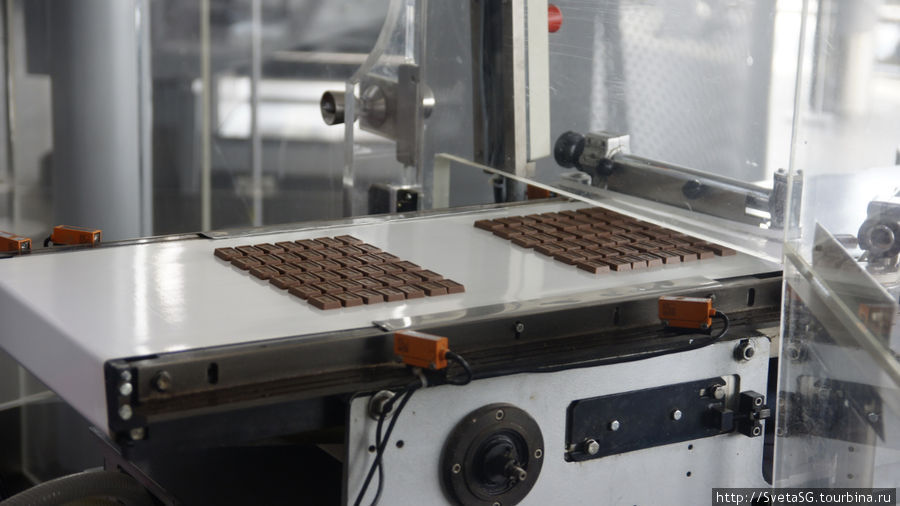 Еще шоколадный конвейер крупным планом.