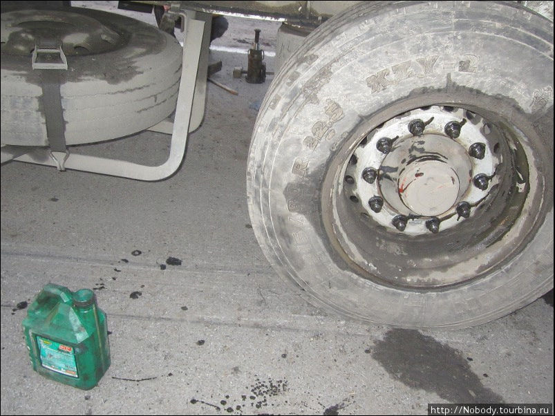 Оказывается, при замене колеса обязательно надо смазывать гайки маслом. Узнала я об этом впервые. Видимо, раньше попадались нерадивые драйвера=))
