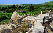 Наверху от часовни открывается красивый вид на озеро Кинерет и пол с мозаикой. Место, где стоит часовня по традиции является тем местом, где стоял Иисус, разговаривая с «Гадаринским бесноватым».