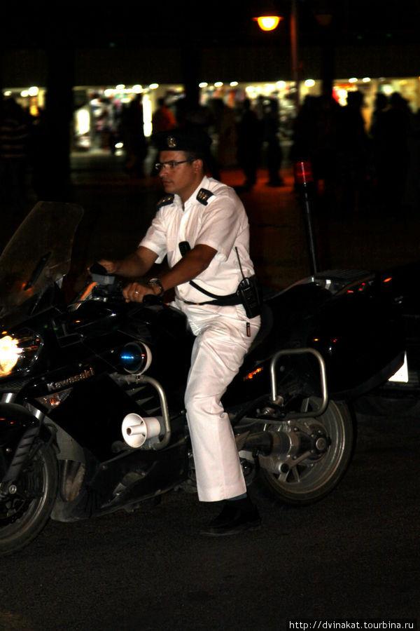 Полицейские бдят на мотоциклах Кавасаки