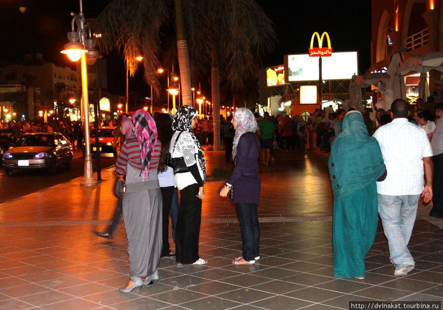 Макдональдс -международная кухня с арабскими особенностями, но почитателейот этого ничуть не меньше, особенно после Рамадана