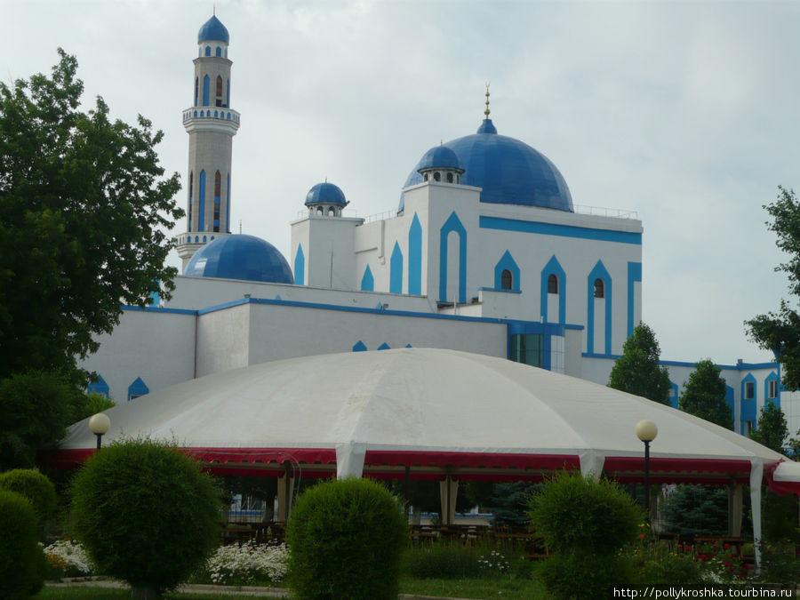 Первая остановка в Казахстане — Актобе, он же Актюбинск. Напротив гостиницы — мечеть.
