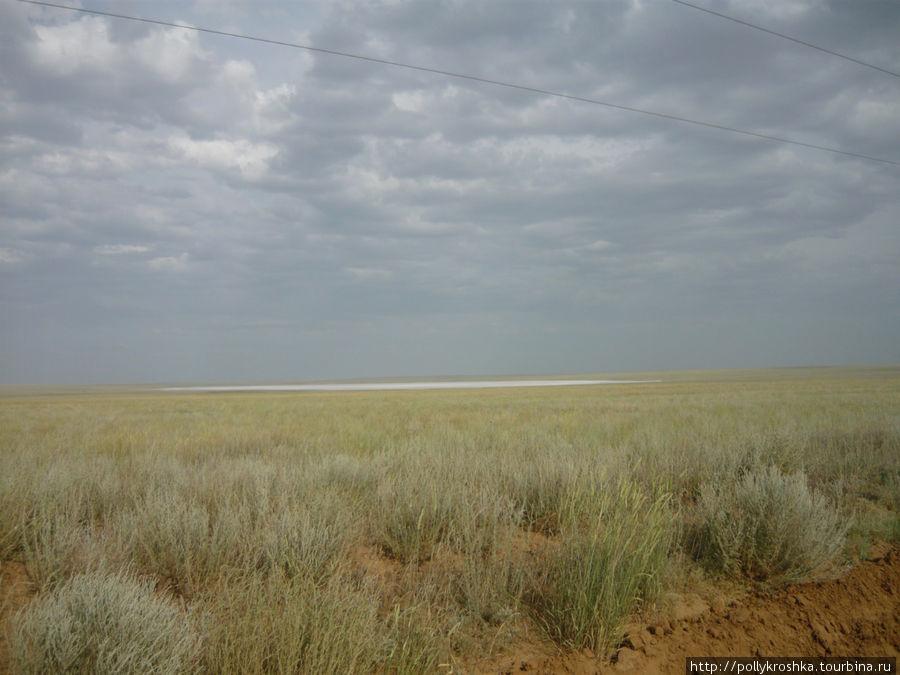 А после Актюбинска — полное бездорожье длиной 350 км, печально знаменитый Иргиз. Белое вдалеке — это солончак