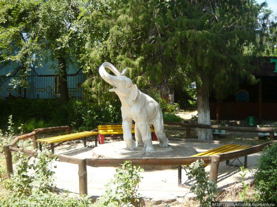 Слон в детском парке