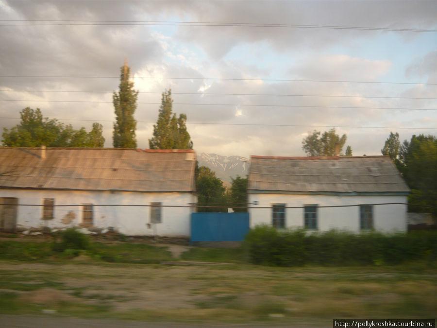 Горы между двумя домиками